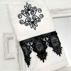 Nova Coleção. Faça seu pedido por e-mail: sonhosbordados2@gmail.com  #toalha #bordada #lavabo #sonhosbordados Bathroom Towels, Kitchen Towels, Sewing Crafts, Sewing Projects, Sewing Ideas, Towel Dress, Luxury Towels, Decorative Towels, Bath Linens
