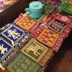 ポーランドのヤノフ村の織物。写真の物は全て手織のコースター。糸は、羊毛から織手さん自身が紡いで、染色までしている。こういったものに囲まれた部屋に住んでみたい。