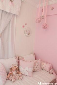 bola de flores penduradas decorando quarto