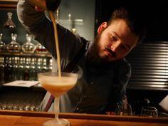 Beim Joshi kommt kein Tropfen Alkohol auf den Tisch!! Er ist immer sehr vorsichtig beim Einschenken , besonders bei seiner neusten Kreation dem 'BULLBITER' … Grüße aus der Z Bar!