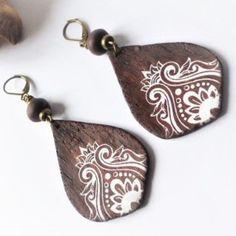 Boucles d'oreilles ethniques pendantes en argile polymère aspect bois sérigraphié d'un motif tatoo indien lotus blanc sur dormeuses bronze hypoallergénique. - pièces uniques