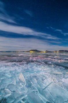 """Jégbe zárt Badacsony 2017.01.07. - """"Jeges"""" expedíciónk alkalmával Fonyódon ért minket a megpróbáltatás. A szélhűtés miatt -25°C-nak érződött az amúgy -15°C-os hőmérséklet. Az északi szél miatt érkező jégtáblák feltorlódtak, furcsa, jeges világot adva a Balatonnak. Jeges, hideg, de a holdfény miatt rendkívül látványos volt. Mostanság már behavazódtak a Balaton jégtáblái, így egy kicsit más lehet a látvány. Heart Of Europe, Eastern Europe, Bavaria, Holiday Destinations, Ice Skating, Holiday Travel, Hungary, Budapest, Tours"""