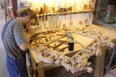 Мастер резчик по дереву за работой. Детализация резной деревянной рамы для зеркала. Mirrored Picture Frames, Woodworking, Carving, Carved Wood, Mirrors, Timber Wood, Wood Carvings, Sculptures, Carpentry