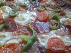 Cuketová fitness pizza - recept postup 1 Pepperoni, Pizza, Fitness, Food, Meals, Excercise, Health Fitness, Yemek, Eten