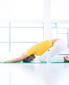 Bij hoofdpijn grijpen we al snel naar een paracetamol. Maar wist je dat yoga ook kan helpen om de hoofdpijn te verlichten? Na het doen van deze yogaoefeningen moet je je een stuk beter voelen. Doen! Benen tegen de muur…