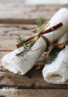 Check Out 21 Cool Rustic Christmas Table Settings. Rustic Christmas style is a very cozy one, it's inspiring and inviting. Green Christmas, Country Christmas, Winter Christmas, Christmas Crafts, Xmas, Simple Christmas, Christmas Mantles, Christmas Napkins, Scandinavian Christmas