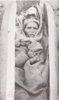 ¡Oh Dios mío - se trata de una momia casi 4.000 años de edad !! La cara se ve muy viva! Las momias de Tarim son una serie de momias descubiertas en la cuenca de Tarim, en la actual Xinjiang, China, que datan de 1800 aC a 200 dC Las características más notables de estas momias, dada la ubicación general de estas tumbas, son el caucasoide física Tipo de característica de la exhibición de cadáveres.