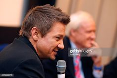 actor-jeremy-renner-and-msnbc-hardballs-chris-matthews-participate-in-picture-id455998676 (594×396)