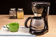 How to Clean a Coffee Maker. Coffee makers are convenient household appliances that can provide you with a fresh cup of java first thing in the morning. Diy Cleaning Products, Cleaning Hacks, Nyc Coffee Shop, Coffee Shops, Coffee Lovers, Coffee Pot Cleaning, Flea Remedies, Home Coffee Machines, How To Make Coffee