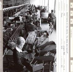 Una donna al lavoro in uno stabilimento Olivetti negli anni Cinquanta