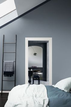 Une peinture bleu-gris dans une chambre tout en douceur: Voile de brume, Dulux Valentine