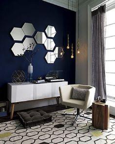 Фацетные зеркала шестиугольной формы в классическом интерьере.
