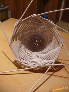 Kdo už pletl věneček z papíru, tak si se zvonečkem hravě poradí. Vše je nafoceno. Začíná se ze tří r...