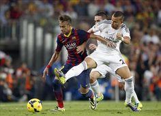 El delantero brasileño del FC Barcelona, Neymar (i), disputa un balón con el jugador del Real Madrid, Jesé Rodriguez, durante el encuentro c...
