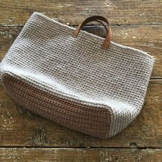Marvelous Crochet A Shell Stitch Purse Bag Ideas. Wonderful Crochet A Shell Stitch Purse Bag Ideas. Best Handbags, Purses And Handbags, Crochet Market Bag, Crochet Handbags, Crochet Bags, Jute Bags, Purse Patterns, Knitting Accessories, Knitted Bags