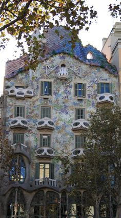 Casa Battló, another one of Antonio Gaudis famous buildings in Barcelona, Spain Famous Buildings, Famous Landmarks, Walter Gropius, Antoni Gaudi, Alvar Aalto, Modern Masters, Building Structure, Le Corbusier, Barcelona Spain