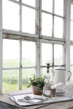 Shabby is just so chic White Cottage, Cottage Style, Farmhouse Style, French Farmhouse, Cottage Chic, Old Windows, Windows And Doors, Rustic Windows, Recycled Windows