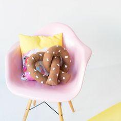DIY Pretzel Pillow / Un coussin en pretzel! Fun Crafts, Diy And Crafts, Arts And Crafts, Craft Projects, Sewing Projects, Sewing Tutorials, Diys, Funky Home Decor, Diy Pillows