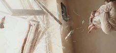 El artista Jeremy Geddes con estudio en Melbourne Australia, navega entre técnicas como el hiperrealismo salpicados con elementos surrealistas, lo que confiere a sus obras tensión y fragilidad. Escritor ocasional ha editado  The Mystery Of Eilean Mor. Ha sido director de arte por 5 años en la industria de los vídeos juegos y dibujante de cómics, experiencia que aplicado en su trayectoria posterior pintor.