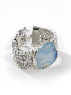 Armband aus Metall und Naturstein. Jedes Teil ein Unikat! Breite ca. 3 cm, Länge ca. 16 cm, Verlängerungskettchen ca. 7,5 cm. Obermaterial: 80% Metall, 20% Natursteine...