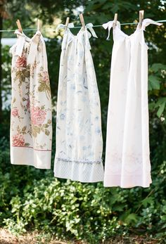 10 Ways to Repurpose Vintage Linens - She Holds Dearly - Pillowcase nighties or pillowcase aprons from vintage fabric! 10 Ways to Repurpose Vintage Linens - She Holds Dearly - Pillowcase nighties or pillowcase aprons from vintage fabric! Sewing Hacks, Sewing Tutorials, Sewing Crafts, Sewing Projects, Dress Tutorials, Sewing Ideas, Tutorial Sewing, Easy Projects, Vintage Sheets