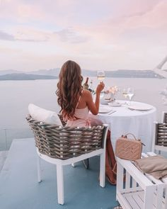 Greece Santorini Travel Destination - rooftop dining Good morning everyone! I'm back today with another travel guide from our honeymoon, this time to SANTORINI, Greece! When you picture Greec. Luxury Lifestyle Fashion, Rich Lifestyle, Lifestyle Changes, Healthy Lifestyle, Luxury Fashion, Santorini Travel, Santorini Greece, Santorini Hotels, Greece Travel