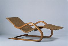 Alvar Aalto - Chaise-longue n° 39 1936 Structure flexible en… Nordic Furniture, Retro Furniture, Classic Furniture, Wood Furniture, Furniture Design, Alvar Aalto, Deck Chairs, Eames Chairs, Take A Seat