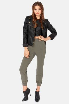 The Harem Globetrotters Grey Harem Pants are known around the world for their amazing feats of fashion! Grey high-waisted harem pants with a casual-yet-chic look.