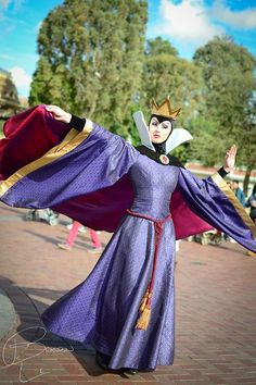 Disney Cosplay The Evil Queen from Snow White and the Seven Dwarfs. Her unofficial name is Queen Grimhilde. Disney Cosplay, Disney Costumes, Cosplay Costumes, Disney And More, Disney Love, Disney Magic, Disney Evil Queen, Disney Pixar, Disney Villains