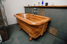 Looking for a way to bring a touch of luxury into your bathroom? A wooden bathtub is the right choice! Enjoy these amazing and diverse designs! Wood Tub, Wood Bathtub, Wood Sink, Wood Bathroom, Bathroom Interior, Wooden Main Door Design, Wood Design, Wooden Bath, Wooden Projects