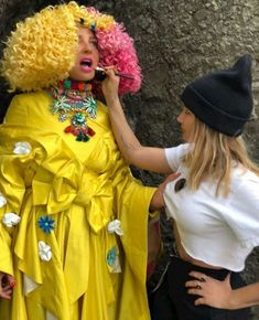 Sia and Tonya Brewer.love the wandering hand❤👑⚡ Sia Kate Isobelle Furler, Sia Music, Sia And Maddie, Acid Jazz, Jazz Band, Maddie Ziegler, Cultura Pop, Personal Photo, Lady Gaga