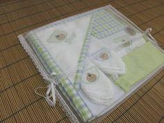 Conjunto composto por: - uma toalha com capuz em tecido atoalhado aveludado e forrada com toalha fralda, com bordado personalizado no capuz e bordas em tecido de algodão (medidas: 70cmX70cm) - um regurgitador feito em tecido atoalhado aveludado e tecido de algodão, com bolso para colocar fralda ou chupeta, bordado e personalizado (medidas 17cmX50cm) - 2 fraldas de boca (medidas 30cmX30cm) bordadas - uma toalhinha tamanho escolar bordada Acompanha embalagem em filó