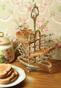 Victorian Toast Rack ~ I have a small ceramic one that I love but I would just love to have this silver piece! Toast Rack, English Country Cottages, Cocinas Kitchen, Breakfast In Bed, Rose Cottage, Victorian Era, Victorian Fashion, High Tea, Vintage Silver