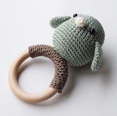 Rammelaar Vogel Crochet Baby Toys, Crochet Baby Clothes, Crochet Bunny, Crochet Toys Patterns, Crochet For Kids, Diy Crochet, Crochet Designs, Crochet Dolls, Baby Knitting