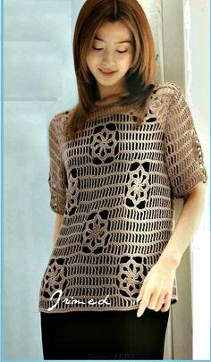 Bellissima maglietta con lavorazione molto originale con inserzione di quadretti, all'uncinetto.