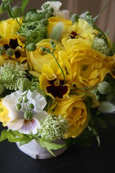 Pretty yellow Ranunculus and Pansy Exotic Flowers, Cut Flowers, Fresh Flowers, Yellow Flowers, Beautiful Flowers, Beautiful Bouquets, Unique Flower Arrangements, Flower Vases, Flower Market