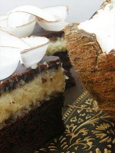 Planowałam upiec to ciasto już na święta, ale ostatecznie odłożyłam je na później. Masa kokosowa w połączeniu z polewą czekoladową bardzo, nawet bardzo