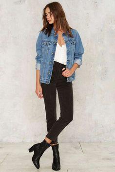 Como ser chique usando jeans. Jaqueta jeans, blusa branca, calça skinny preta, ankle boot preta