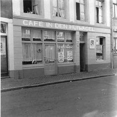 """Maastrichter Grachtstraat 37. Café """"In den Huiwagel"""" en kruidenierswarenwinkel. Wat 'ne prachtige naom veur 'ne café....... 1955. Dao zuut 't noe gáns aanders oet jaomer genoog........ :-("""