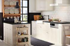 白を基調にしたキッチン。アイランドキッチン、ワゴン、ウォールシェルフで収納を増やしました