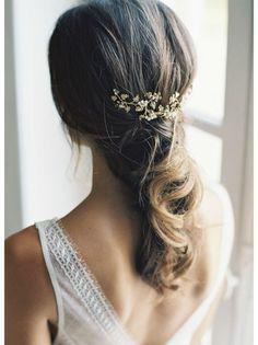 Coiffure mariage : Un sublime accessoire esprit haute-couture monté sur deux peignes qui habillera
