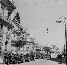 Les troupes américaines en jeep vers la Sicile port ville de Gela pendant un effort allié pour prendre la région.