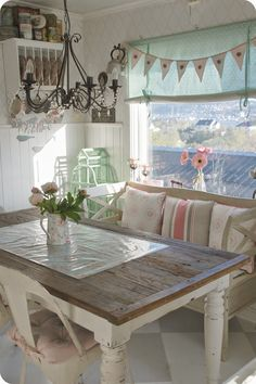 Risultati immagini per casement fusion mineral paint Beach Dining Room, Tiny Dining Rooms, Shabby Chic Interiors, Shabby Chic Decor, Furniture Makeover, Home Furniture, Repainting Furniture, Swedish Decor, White Painted Furniture