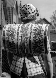 Vrouw in klederdracht met kraplap en dicht ingespeld deel van de rode doek, Bunschoten en Spakenburg (1950-1960)