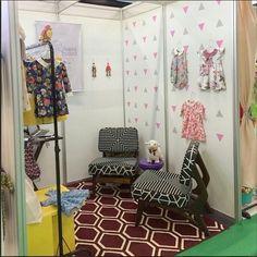 Este ambiente fofo é o stand da marca @aurorateodora que usou nossos adesivos de triângulos em uma combinação de rosa e cinza claro. Gente, e as roupas? Muito amor! ❤❤ @maedajapinha