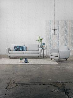 Furninova - Prisvärda kvalitéts soffor - Skandinavisk design | Store Smile är en modell i retrostil med rundade hörn. Rygg och sits är av kallskum svept med fibervadd, som ger en fast och bekväm sittkomfort. Finns som 3-sits, 2,5-sits, 2-sits, fåtölj och pall.