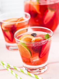 Sommerbowle: 6 einfache Rezepte, die nach Urlaub schmecken When I make my favorite punch, I immediately get a summer feeling. Party Drinks, Fun Drinks, Yummy Drinks, Healthy Drinks, Summer Cocktails, Cocktail Drinks, Cocktail Recipes, Easy Cocktails, Smoothie Drinks