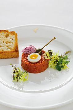 Beef Tatar mit Wachtelei #beeftatar #vorspeise Eggs, Beef, Breakfast, Food, Gourmet, Fine Dining, Morning Coffee, Egg, Meals