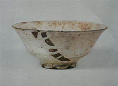 本歌 粉引茶盌 「津田」 Ceramic Bowls, Ceramic Art, Japanese Tea Cups, Tablewares, Chawan, Tea Bowls, Tea Ceremony, Wabi Sabi, Clay