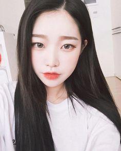 Flawless pale skin, straight brows, winged eyeliner, natural eye shadow, orange gradient lips.